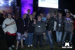 Gruppenfoto vor der NDR Bühne